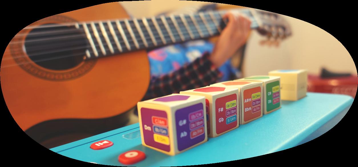 Photo d'izikub avec un enfant jouant de la guitare